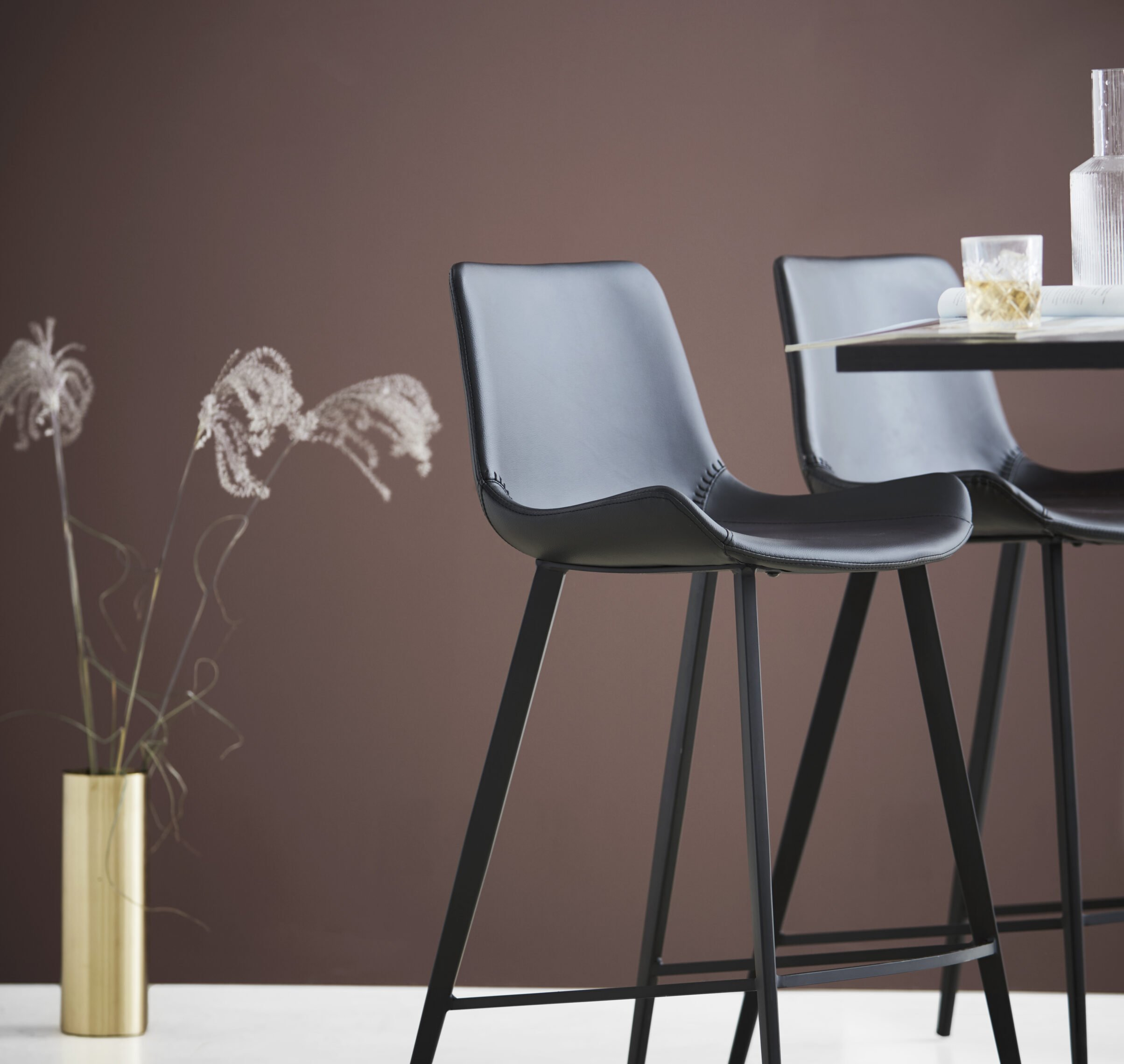 hype-bar-and-counter-stool-vintage-black-art-leather-with-black-legs-200700760-200490700-200800500-mood-lifestyle-01